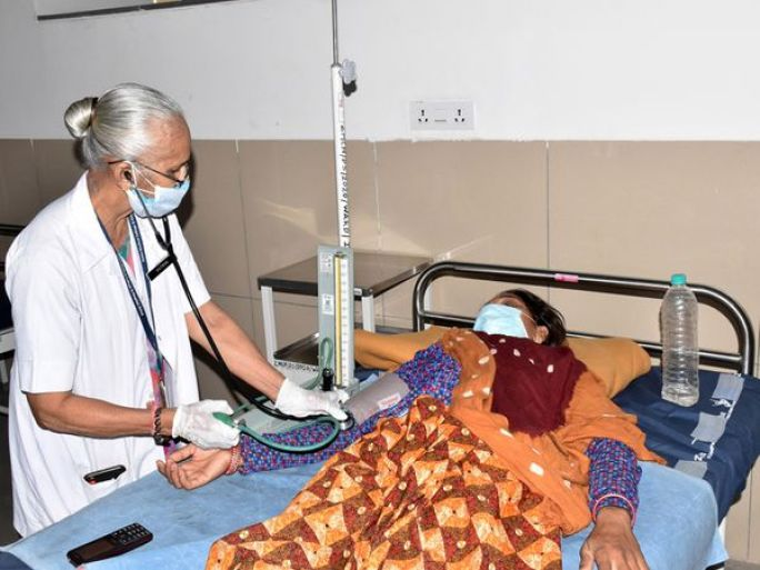 નર્સ જૈમિનીબેન દ્વારા થતી દર્દીની સેવા. - Divya Bhaskar