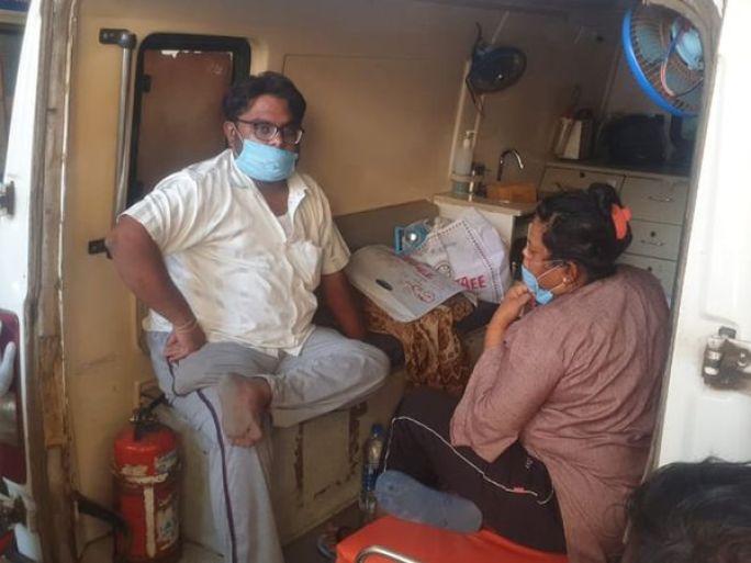 ગંભીર પરિસ્થિતિ ધરાવતા દર્દીઓને વાનમાં જ સારવાર અપાઇ - Divya Bhaskar