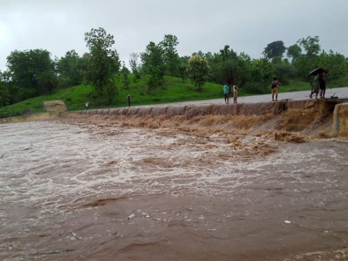 પાનમ નદીનું વહેણ વધતાં ચારી ગામના લોકો દોઢ કલાક અટવાયા - Divya Bhaskar