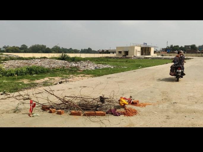 સંજેલીમાં બસ સ્ટેન્ડની ગટરનું સ્લેબ તુટતા સાવચેતી માટે ઝાડી-ઝાંખરા મુકવામાં આવ્યા છે. - Divya Bhaskar