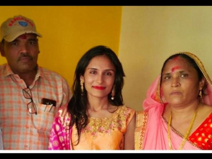 રીન્કુ રાઠોડ તસવીરમાં પોતાના માતા-પિતા સાથે નજરે પડે છે. - Divya Bhaskar
