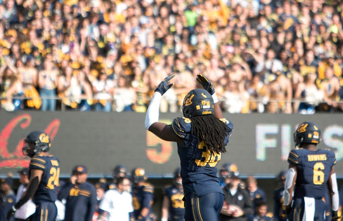 Outside linebacker Alex Funches signals the crowd to get loud. KAREN CHOW/SENIOR STAFF