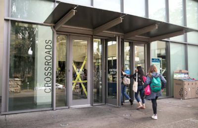 photo of students entering Crossroads dining hall