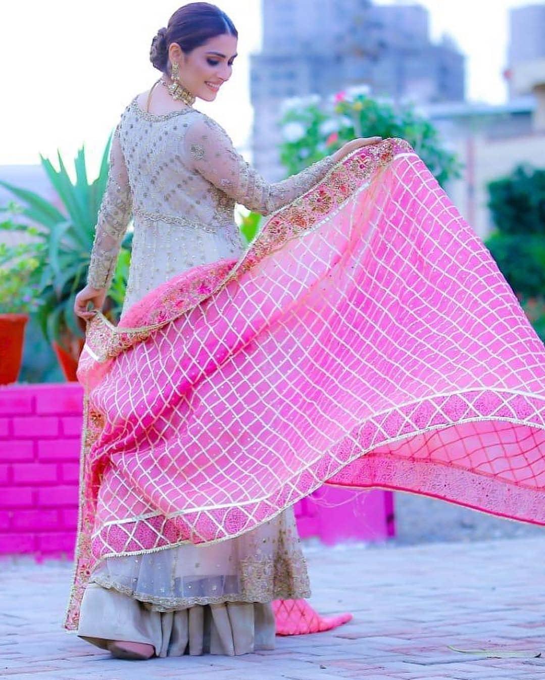 New Awesome Photos of Ayeza Khan on set of her Upcoming Drama