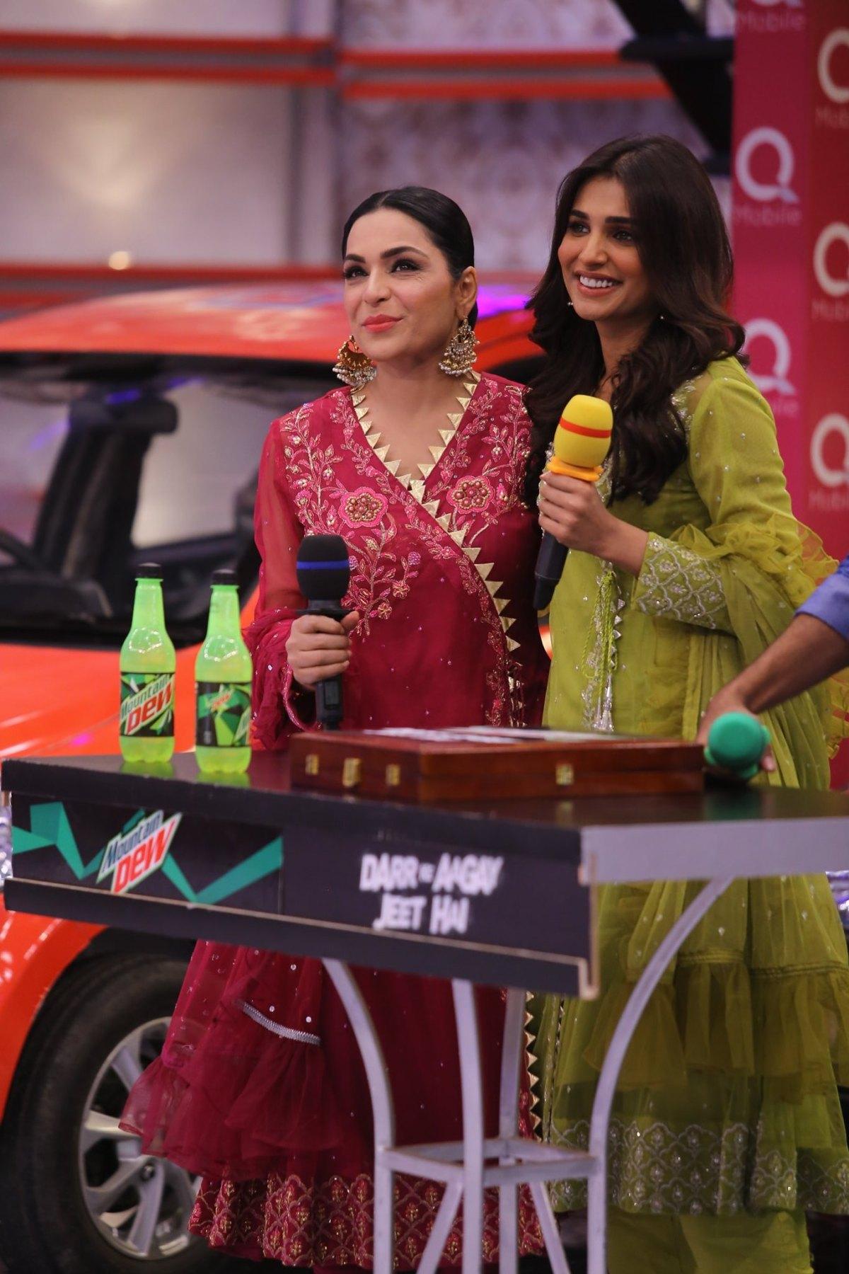 Beautiful Actresses Meera Jee & Amna Ilyaas in Jeeto Pakistan