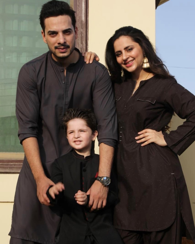 Gorgeous Star Fatima Effendi Looks Beautiful with Family