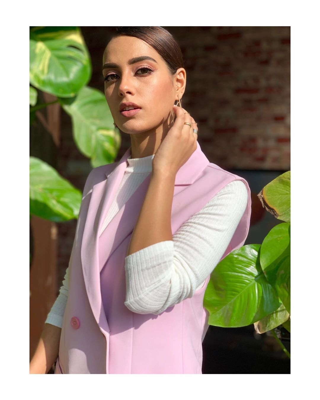 New Awesome Pictures of Actress Iqra Aziz