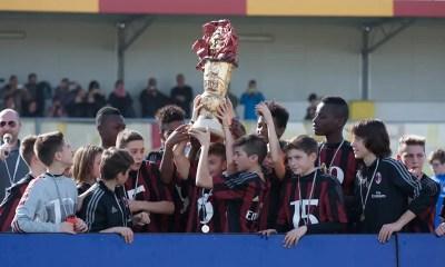 Il Milan Under 13 alza la 12^ edizione del Trofeo Caroli Hotels-Carnevale di Gallipoli. Fonte foto: trofeocarolihotels.it