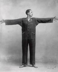 Thayaht ritratto mentre indossa la tuta di sua invenzione. Prato, Museo del Tessuto. Foto P. Salvini Firenze