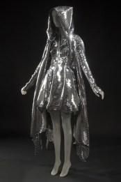 Gareth Pugh, Abito e cappotto, collezione primavera/estate 2011, cappotto in metallo e abito senza maniche in vinile. New York, The Museum at Fashion Institute of Technology