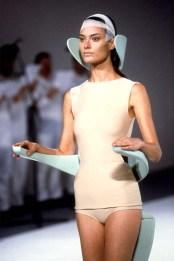 Issey Miyake, Plastic Body, 1980, corpetto in fibra di plastica rinforzata. Tokyo, The Miyake Issey Foundation