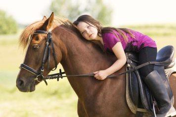 Animale-terapia-cavalli-per-condizioni-fisiche-bambini