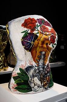 Dalila MorinaIl Manto D'Oro (Una storia Umana), 2019Busto in gesso con pittura sul fronte e rivestimento con coperta isotermica sul retro41× 53cmCollezione privata© NAVIGARE Srl
