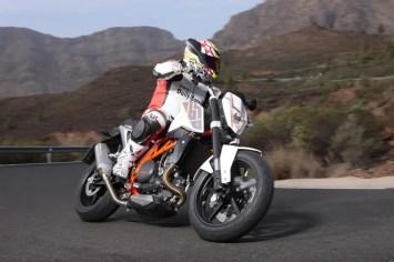 Javi Valera probando la KTM 690 Duke 2012