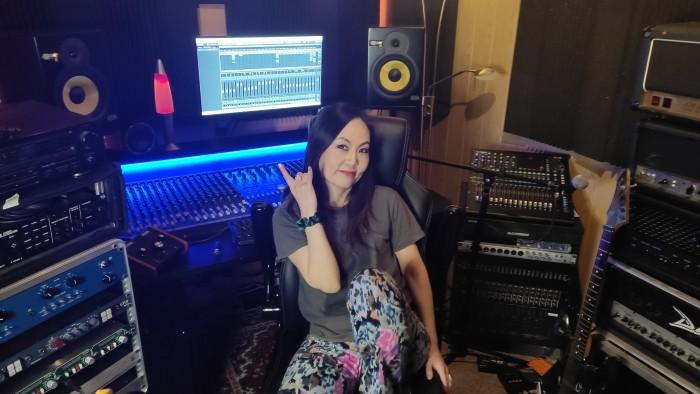La cantante metal giapponese in studio di registrazione