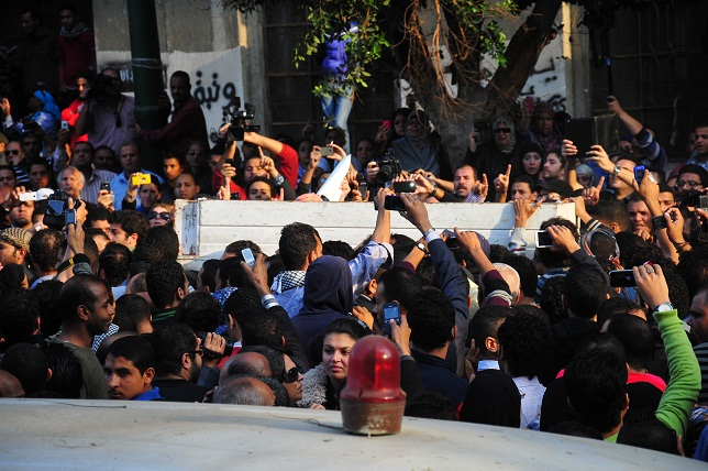 The funeral procession of Jika attracts a large crowd as it moves from the Omar Makr Mosque near Tahrir Square to Mohamed Mahmoud Street. (DNE / Hassan Ibrahim)