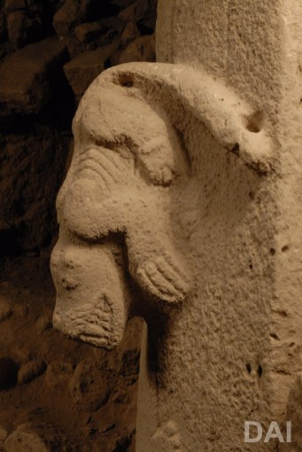 Detail of Pillar 27 in Enclosure C: high relief of a snarling predator.(Photo: Dieter Johannes, DAI)