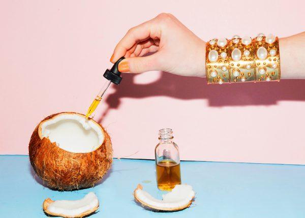Coconut Oil Still Life Man Repeller 5 e1501968548544 - Aceite de Coco, el Cosmético Perfecto