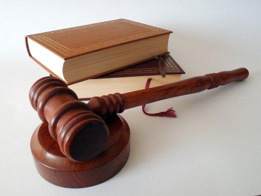 Richter-Hammer und zwei Gesetzbücher