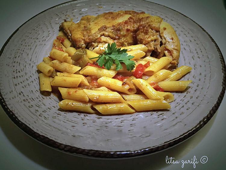 Κοτόπουλο με πένες χωρίς γλουτένη και πολύχρωμες πιπεριές