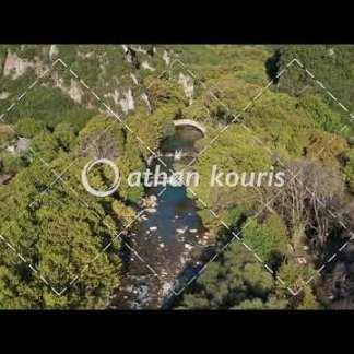 αγορά πλάνα βίντεο on line Πέτρινο γεφύρι Βοϊδομάτη στην Κλειδωνιά διάρκειας 8 sec V-1006
