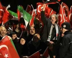 Rakyat Turki, khususnya dari pendukung AKP, mendukung Perdana Menteri mereka, Recep Tayyip Erdogan, setelah pulang dari World Economic Forum (WEF) di Davos, Switzerland