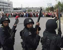 Penduduk Urumqi (ibukota Xinjiang) dikepung pasukan keamanan bersenjata Cina (AP Photo/Ng Han Guan)