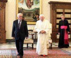 Paus Benediktus XVI (tengah) bertemu dengan Presiden Palestina Mahmoud Abbas (kiri) di perpustakaan Istana Apostolik, 17 Desember 2012, di kota Vatikan, Vatikan. (Getty Images)