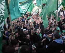 Ilustrasi - Rakyat Palestina mengibarkan bendera hamas ketika aksi massa di Nablus, Tepi Barat, dalam peringatan Milad Hamas ke-25, 13 Desember 2012. (STRINGER/REUTERS)