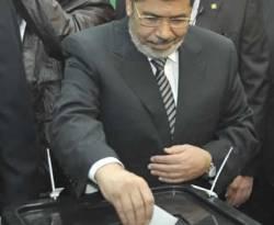 Presiden Mesir Muhammad Mursi turut memberikan suara dalam Referendum Mesir, 15 Desember 2012. (REUTERS/Egyptian Presidency/Handout)