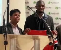 Gelandang Arsenal, Abou Diaby menunjukkan jersey Arsenal miliknya untuk dilelang dalam acara malam amal untuk Muslim Rohingya, yang digelar London Muslim Center. (rohingyablogger.com / ROL)