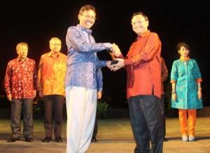 Gubernur Sumbar Menerima Award