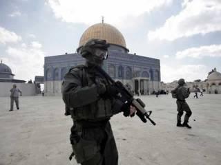 Polisi Israel di kompleks Masjid Al-Aqsha. Tampak latar belakang Qubah As-Shakhrah (Dome of The Rock). (yahoo.com)