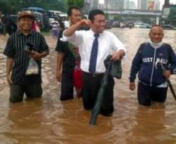 Menkominfo Tifatul Sembiring terobos banjir. (Merdeka.com)