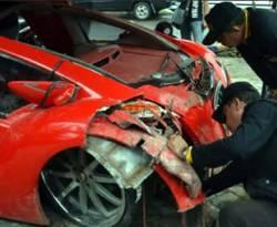 Tim Laboraturium Forensik (Labfor) memeriksa mobil sport listrik Tuxuci milik Menteri BUMN Dahlan Iskan di Polres Magetan, Jatim, (6/1). (ANTARA/Fikri Yusuf)