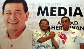 Pasangan calon gubernur Jabar Ahmad Heryawan-Deddy Mizwar bersalaman saat memantau hasil perhitungan cepat (Quick Count) di Media Center Aher-Deddy di Bandung, Jawa Barat, Ahad (24/2). (Republika/Prayogi)