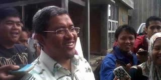 Calon gubernur Jawa Barat petahana Ahmad Heryawan usai mencoblos pada pemilihan gubernur dan wakil gubernur Jawa Barat periode 2013 - 2018, di TPS 1, Kelurahan Babakan Ciamis, Kecamatan Sumur Bandung, Minggu, (24/2/2013). (KOMPAS.com/Rio Kuswandi)