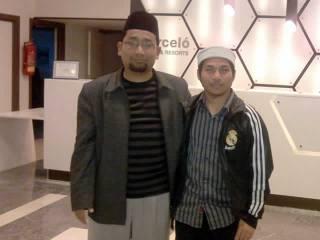 Foto bersama Kang Abik saat usai wawancara di Maroko. (Sukmahadi)