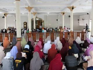 "Ratusan kader Partai Keadilan Sejahtera (PKS) Kota Banda Aceh lakukan konsolidasi untuk perkuat ruhiyah dengan tema: ""Yaumun Ma'al Qur'an atau ""Sehari Bersama Alqur'an"".  Acara yang berbentuk tilawah, tadabbur, muhasabah dan zikir ini dimulai pukul 14.00 s/d 18.15 WIB dipusatkan di Mesjid al-Badar, Lampinueng, Banda Aceh  (Sabtu, 16/2/2013) dan diikuti oleh 600 orang kader PKS Banda Aceh. (Dok PKS Banda Aceh)"