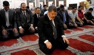 Presiden Mesir Muhammad Mursi menjadi imam shalat. (AFP)