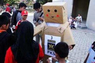 Boneka Danbo di BTP, Tamalanrea, Makassar. Boneka tersebut mensosialisasikan PKS dengan nomor urut barunya yaitu nomor urut 3. (seruu.com)