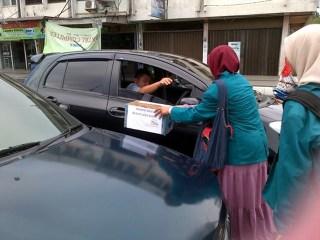 Pemerintah Mahasiswa Universitas Syiah Kuala (PEMA UNSYIAH) Banda Aceh mengadakan penggalangan dana di simpang lima Banda Aceh, Senin (8/4/2013), untuk membantu korban banjir di lima Kabupaten bagian Barat Selatan Aceh beberapa hari yang lalu. (ist)