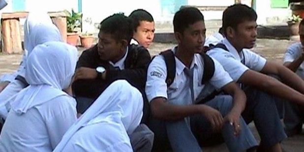 Sejumlah siswa di Kabupaten Bone, Sulawesi Selatan terlantar lantaran penundaan pelaksanaan Ujian Nasional (UN) akibat keterlambatan pendistribusian soal UN. Senin, (15/04/2013). (KOMPAS.com / ABDUL HAQ)