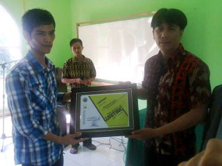 "Muhammad Subhan menerima kenang-kenangan dari panitia  Workshop Menulis tema  ""The Power of Writing"" FKI Tazkiyah LDK Sekolah Tinggi Agama Islam Pengembangan Ilmu Alquran (STAI-PIQ) Sumatera Barat (Foto: Ist.)"