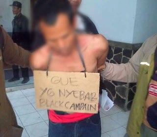 Salah seorang pelaku penyebaran kampanye hitam yang menyerang pasangan Ru'yat-Aim pada Pilkada Kota Bogor, diamankan oleh petugas, (11/9/2013). (ist)