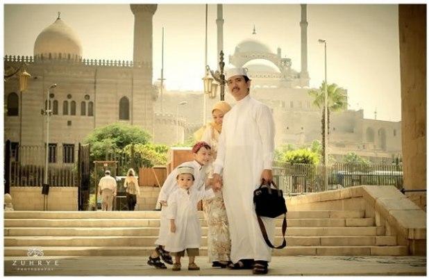 Abdul Hayyi Alkattani saat bersama istri dan anak-anaknya di depan Masjid Sultan Hasan dan ar Rifa'i dengan background Masjid M Ali Pacha (Saladin Citadel). (ist)