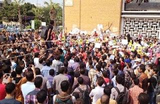 Mahasiswa Manshurah melakukan demonstrasi menentang kekejaman militer Senin kemarin (ikhwanonline)