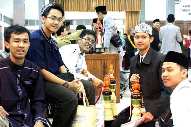 Pose bersama anggota Junud (Pasukan) Daarul Quran di salah satu arena MTQ. (Irhamni Rofiun)