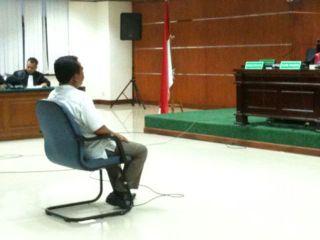 Lutfi Hasan Ishaaq saat mendengarkan vonis Hakim di Pengadilan Tipikor, Senin, 9/12 (Foto: dakwatuna.com)