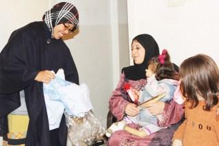 Perwakilan Adara Relief International Latifah Hariri (kiri) bersama KNRP memberikan bingkisan cinderamata, kepada salah satu keluarga janda pengungsi Palestina Ummu Fatmah, di Zarqo Jordania (Foto: adarainternational.org)